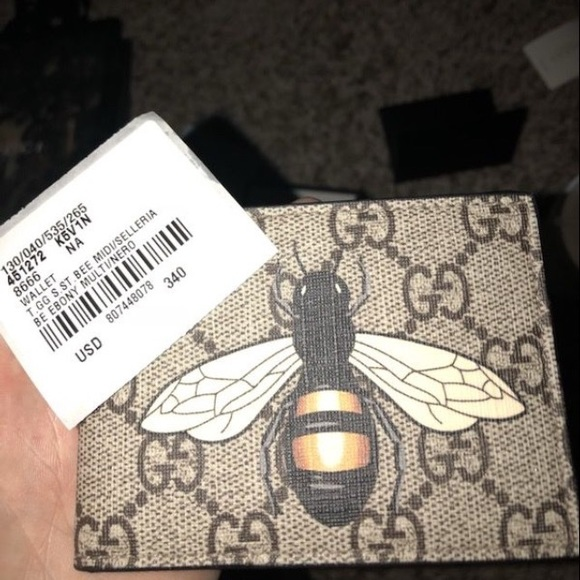 f18db72ca24 Gucci Other - Gucci Bee Print GG Supreme wallet